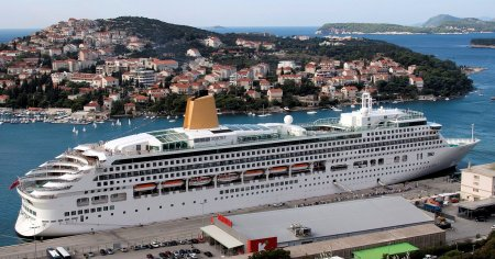P&O_Cruises_-_MV_Aurora_-_Alongside_Dubrovnik